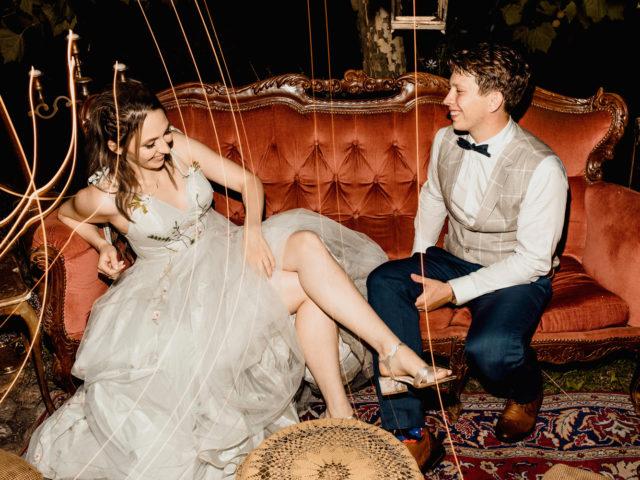Kreatywna fotografia ślubna wykonana podczas wesela w stodole przez Fabrykę Kreatywną